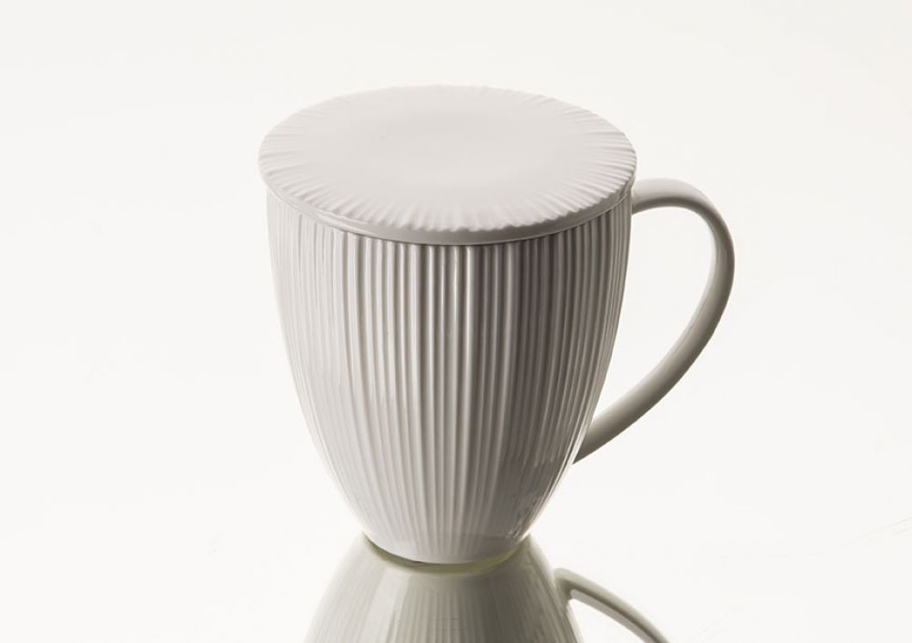 Cana pentru ceai cu infuzor si capac din portelan Jeanne imagine 2021 insignis.ro